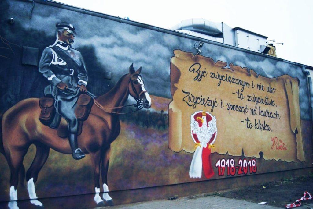 Mural niepodległościowy przy dworcu w Rumi