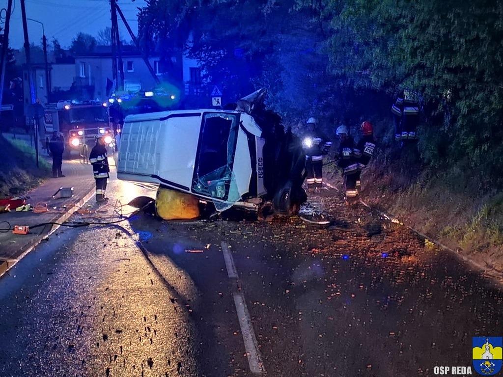 W sobotę (10 maja), około godziny 3 nad ranem, na ulicy Kamiennej w Rumi doszło do kolizji drogowej z udziałem pojazdu dostawczego marki Iveco Daily, który w wyniku zdarzenia wylądował na boku. Pojazdem podróżowała jedna osoba, która po zabezpieczeniu miejsca zdarzenia została ewakuowana przez ratowników z JRG Rumia.