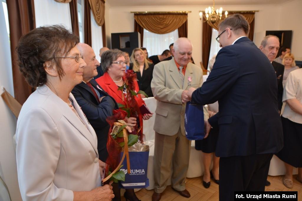 W Miejskim Domu Kultury w Rumi ponownie gościły pary obchodzący okrągłą rocznicę ślubu. Prezydenckie odznaczenia oraz upominki od urzędu miasta otrzymało sześć małżeństw, mogących się pochwalić 50-letnim stażem.