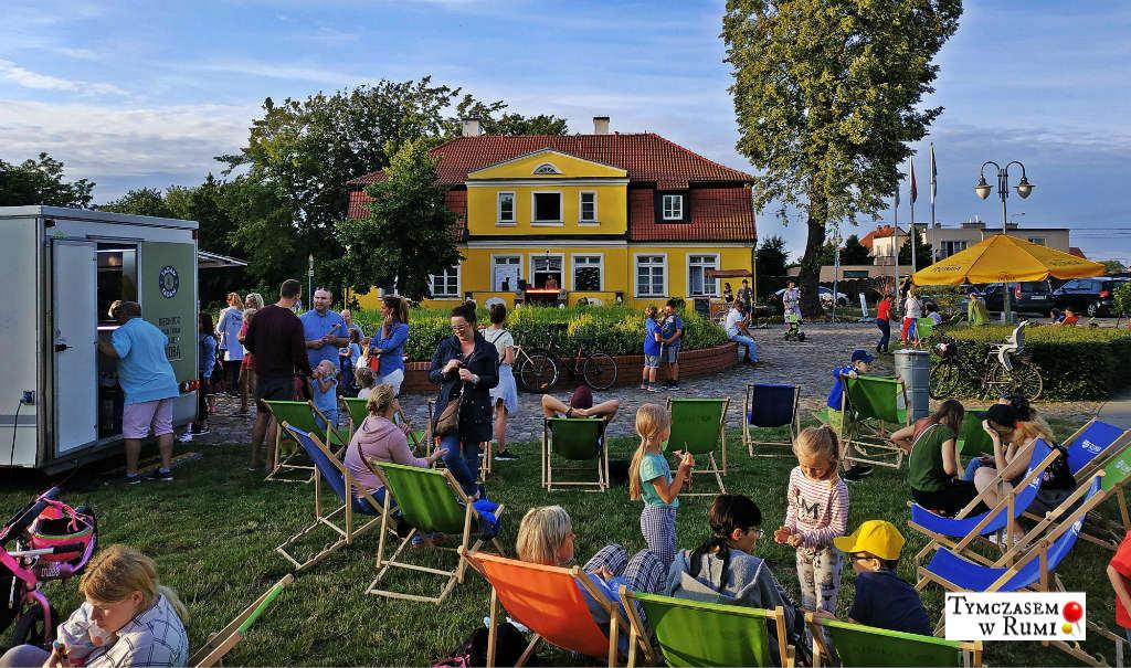 Letni house i zimne i lody powrócą w tym roku do Parku Starowiejskiego w Rumi! Co więcej, Miejski Dom Kultury, zachęcony pozytywnym odbiorem wydarzenia przez mieszkańców w 2018 roku, zdecydował się rozbudować nieco imprezę i zwiększyć ilość eventów z dwóch do czterech. 🙂