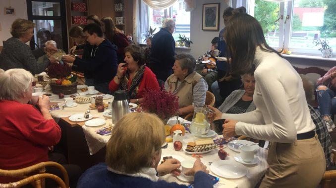Uczniowie Ósemki z wizytą u seniorów
