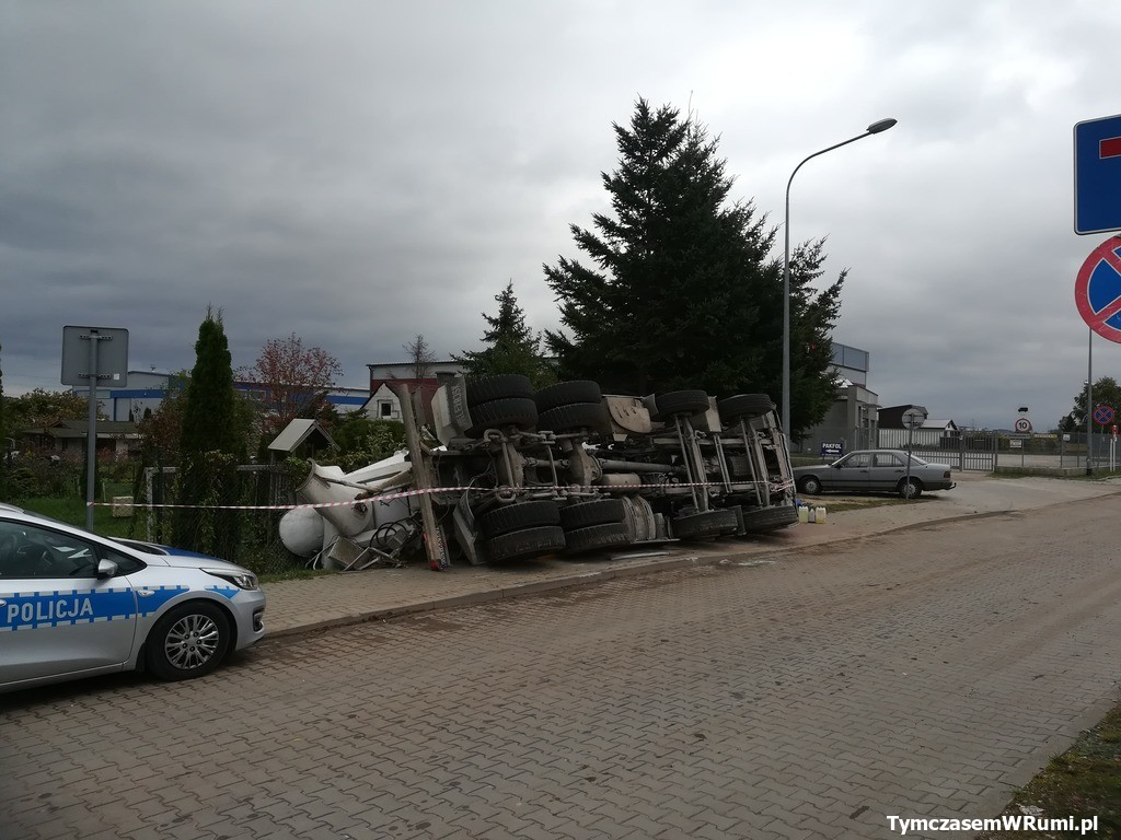 Wypadek w Rumi ul Dzialkowcow. Przewrocona betoniarka, piatek (11.10.2019 r.), w okolicach ogródków działkowych w Rumi.