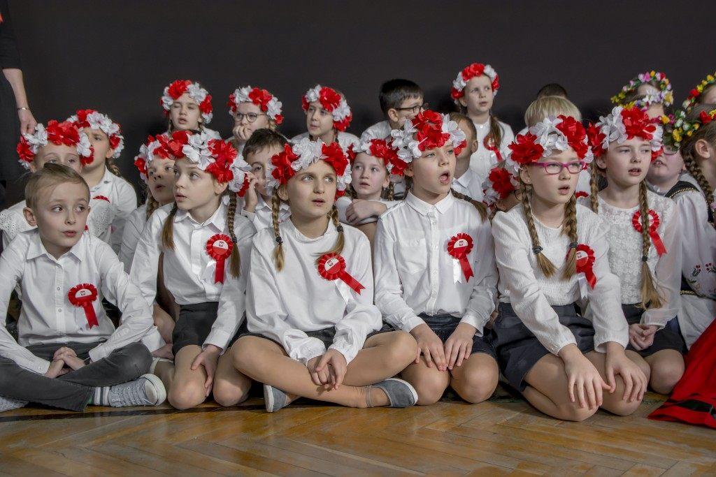 rumia mazurek dabrowskiego sp nr 1 odspiewali hymn polski uczniowie(1)