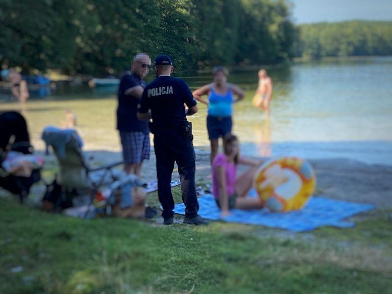 Policjanci z wizytą nad jeziorem w Bieszkowicach