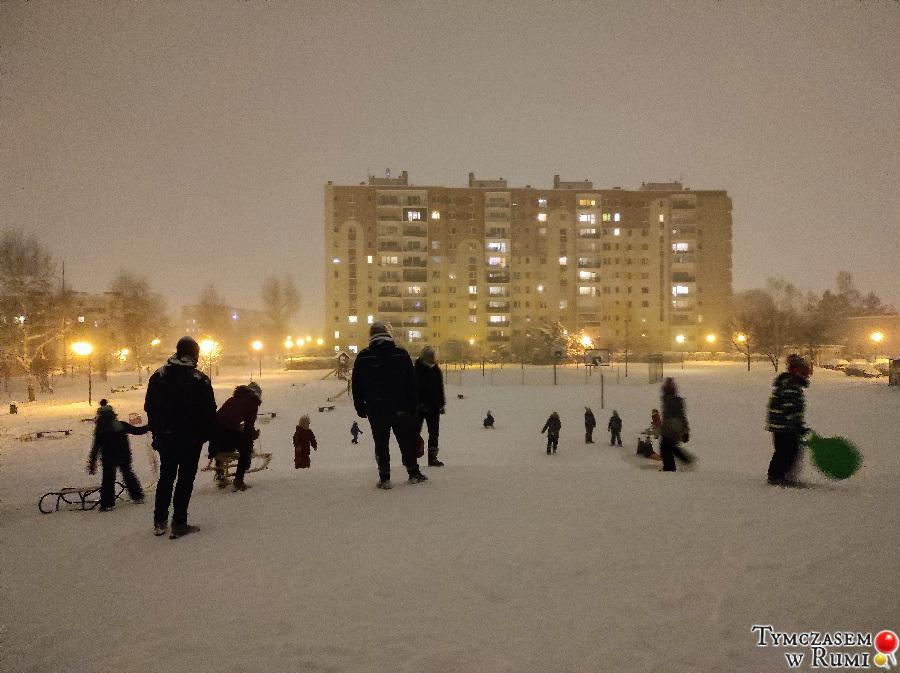 Zima 2021 w Rumi. Zabawy mieszkańców na śniegu
